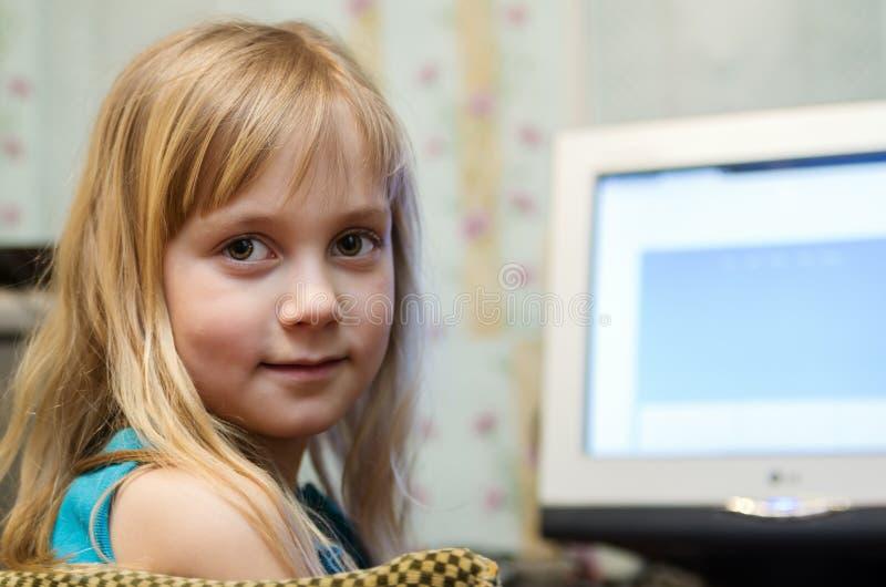 Meisje bij de Computer stock foto's