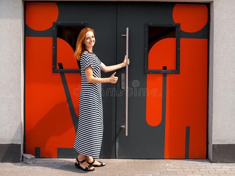 Meisje bij de deur aan toilet 02 royalty-vrije stock afbeeldingen