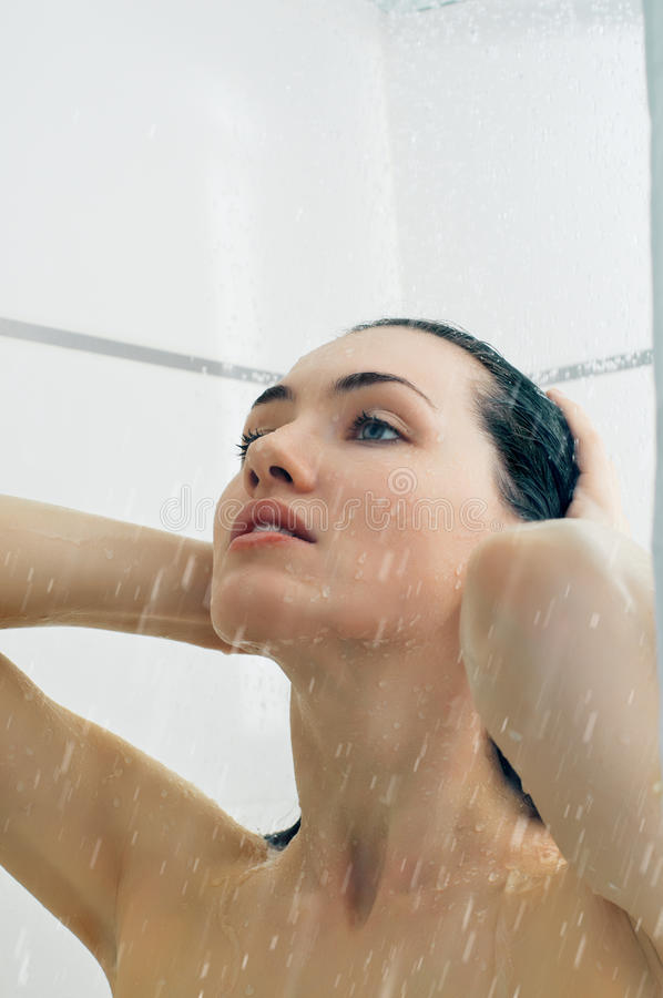 Meisje bij de douche stock foto's