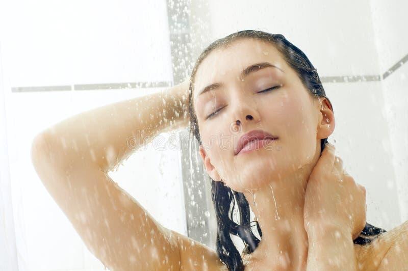 Meisje bij de douche stock fotografie