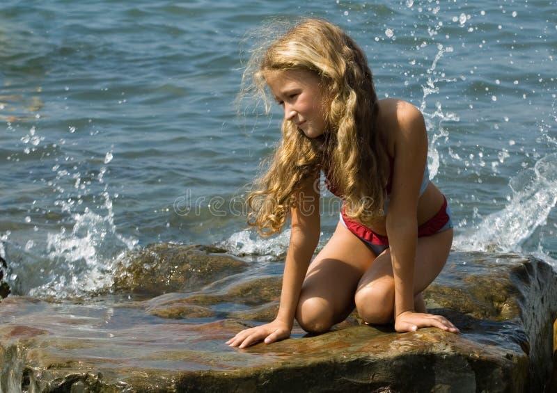 Meisje bij de kust royalty-vrije stock afbeeldingen