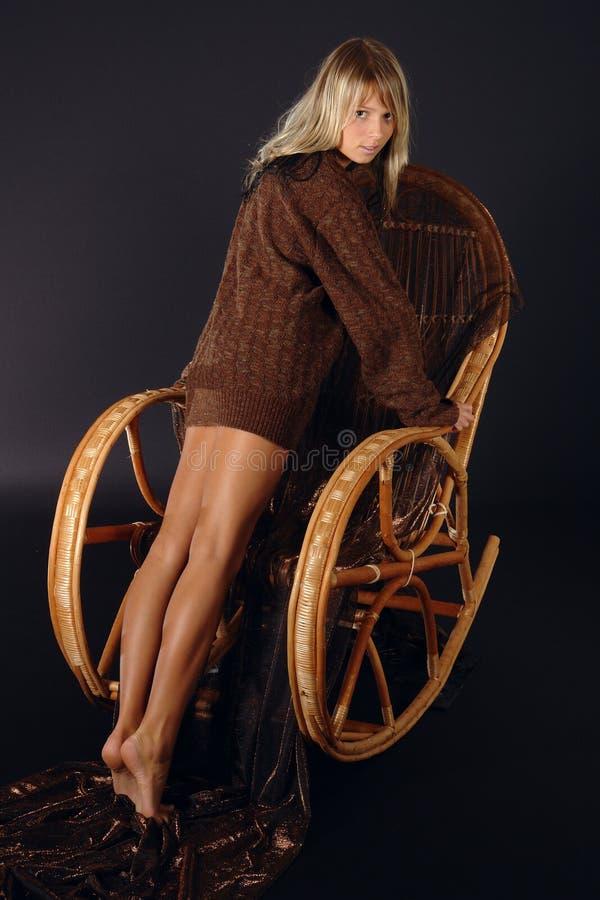 Meisje bij de schommelstoel royalty-vrije stock foto