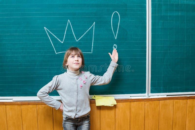Meisje bij de schoolraad met kroon royalty-vrije stock foto
