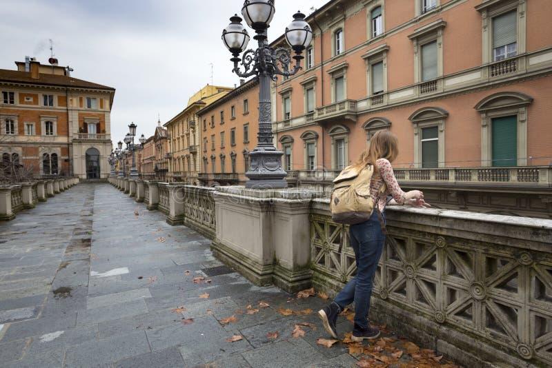 Meisje bij de straat van Bologna royalty-vrije stock foto's