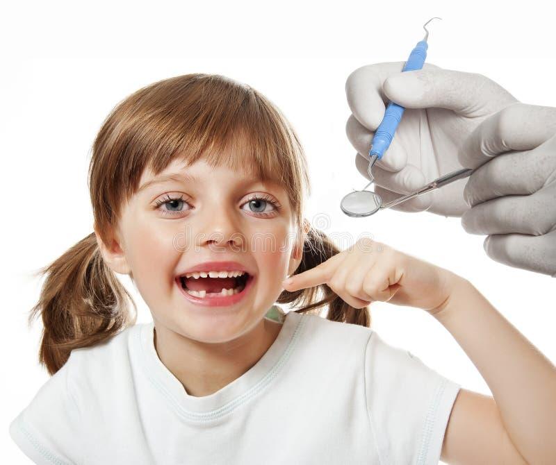 Meisje bij de tandarts royalty-vrije stock afbeeldingen