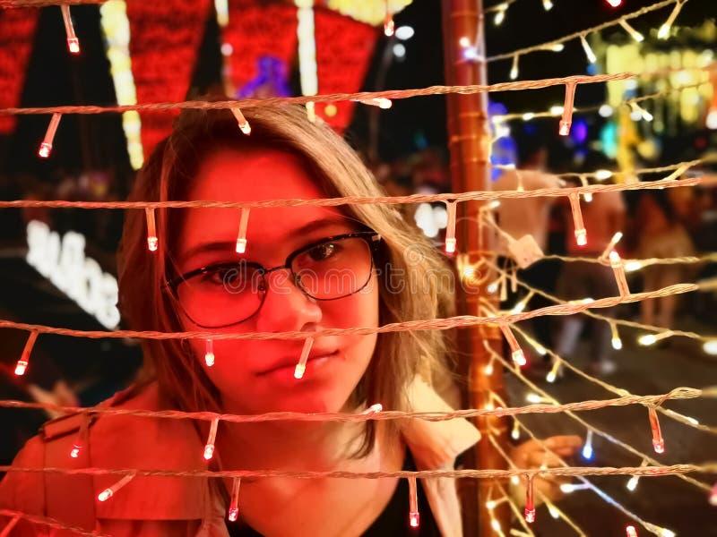 Meisje bij een Kerstmismarkt Abstract concept nachtleven en retro stijl royalty-vrije stock fotografie