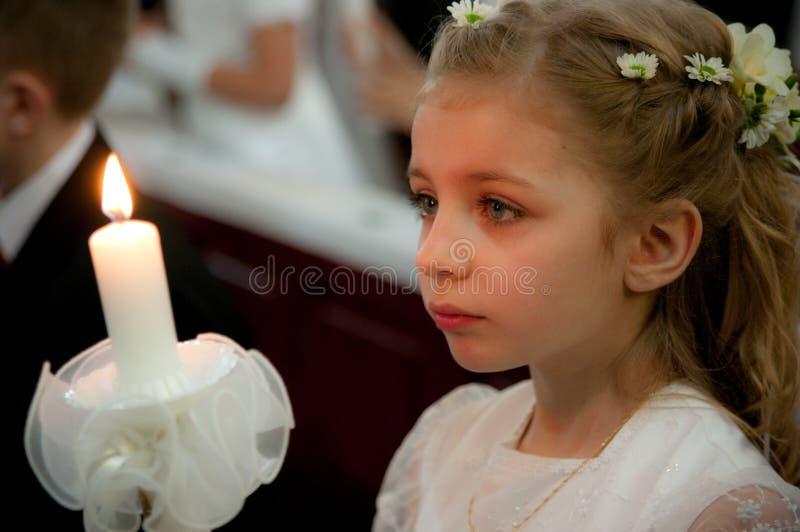Meisje bij eerste heilige kerkgemeenschap stock foto