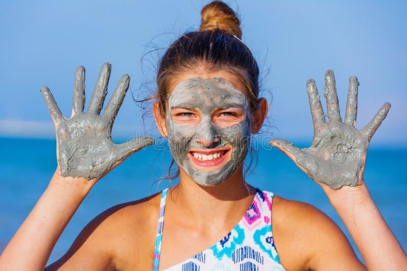 Meisje bij het Dode Overzees, Israël stock afbeeldingen