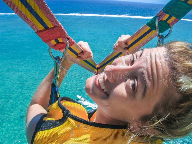 Meisje bij het parasailing stock foto's