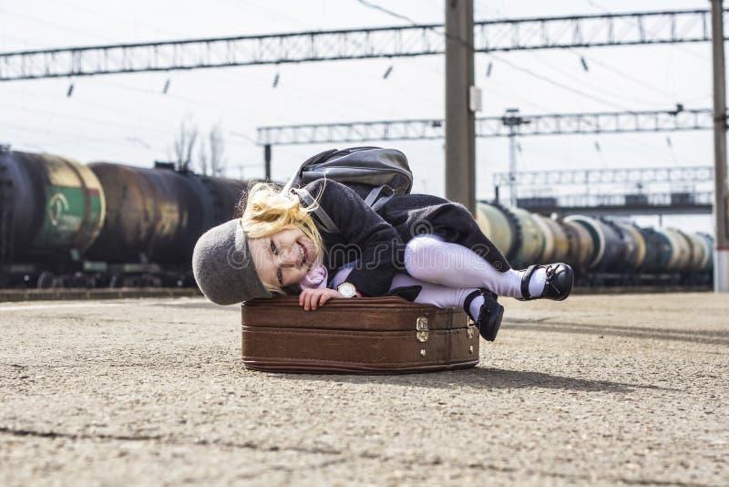 Meisje bij het station stock afbeeldingen