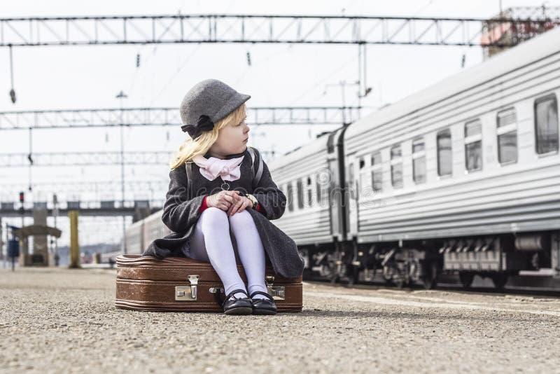 Meisje bij het station royalty-vrije stock fotografie
