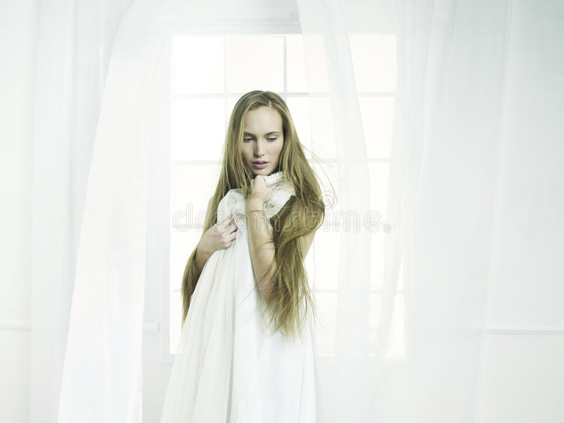 Meisje bij het venster royalty-vrije stock afbeelding
