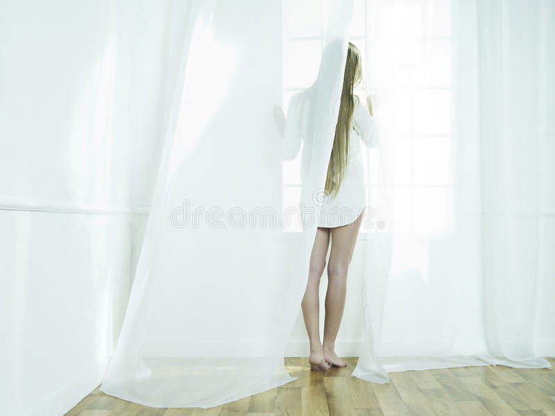 Meisje bij het venster royalty-vrije stock fotografie
