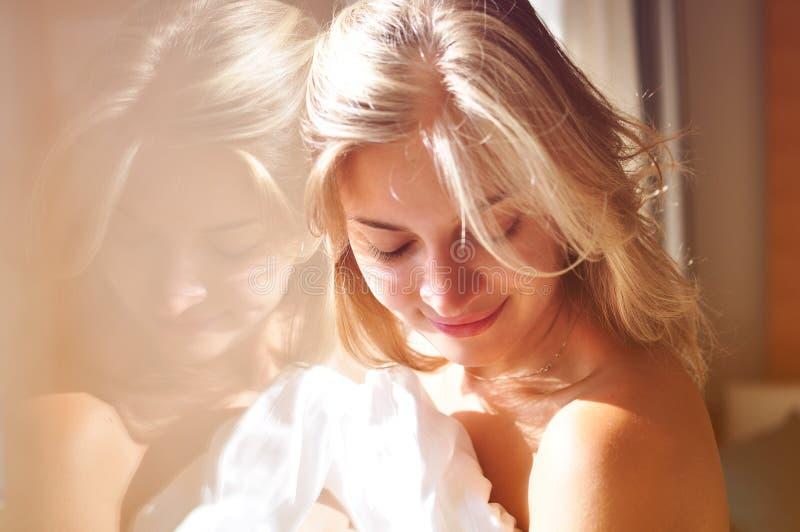 Meisje bij het venster royalty-vrije stock foto
