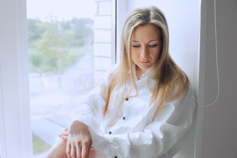 Meisje bij het venster stock afbeelding