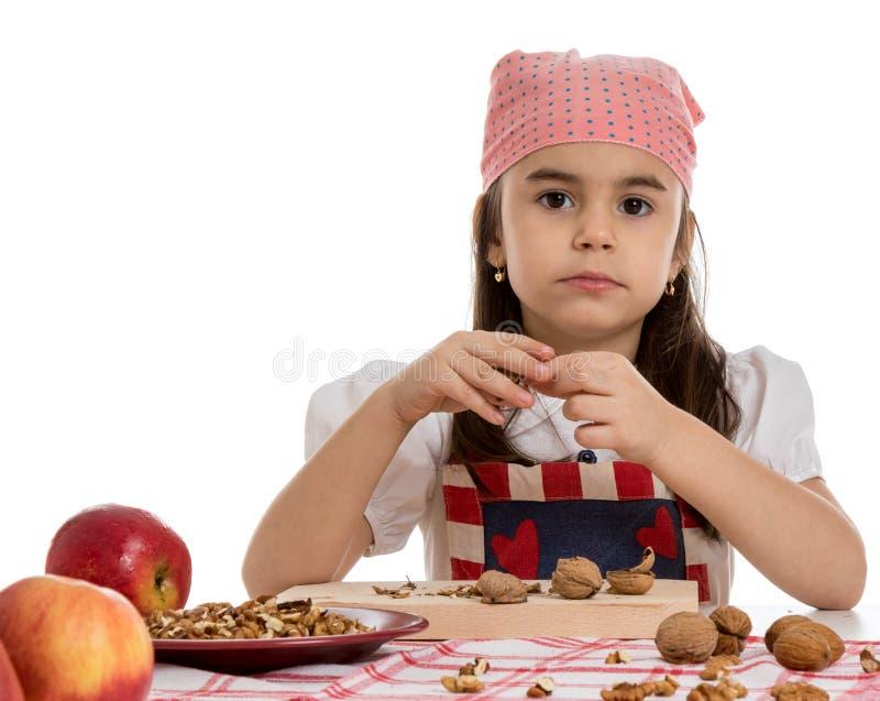 Meisje bij lijst met appelen en noten royalty-vrije stock foto's