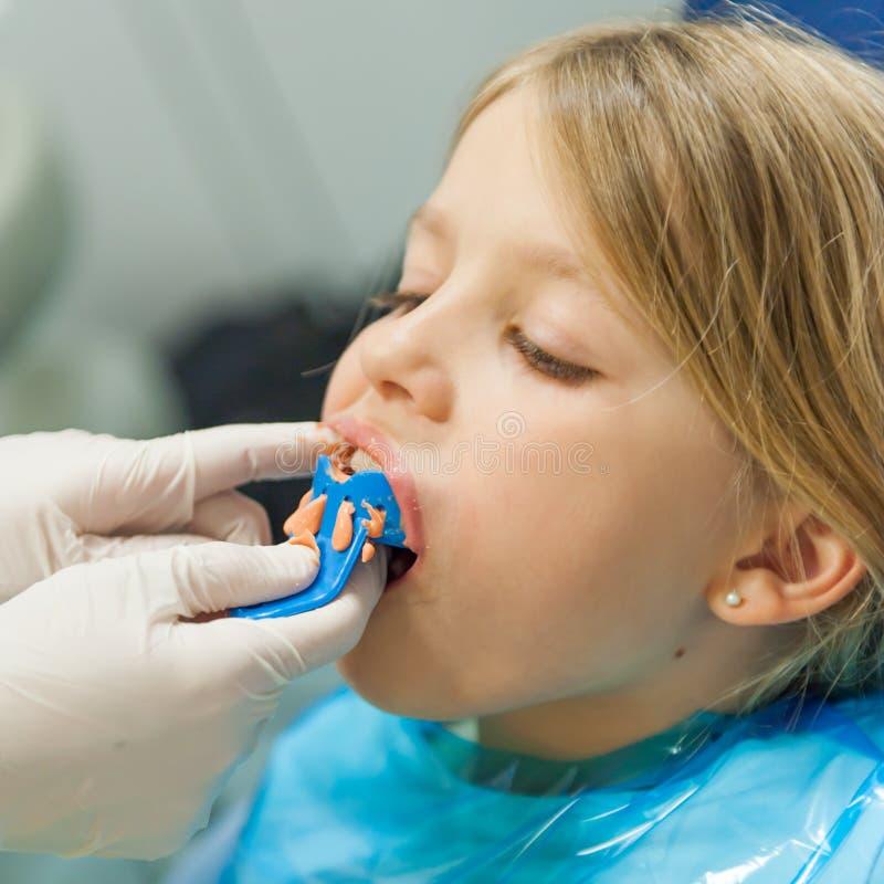 Meisje bij orthodontist stock afbeelding
