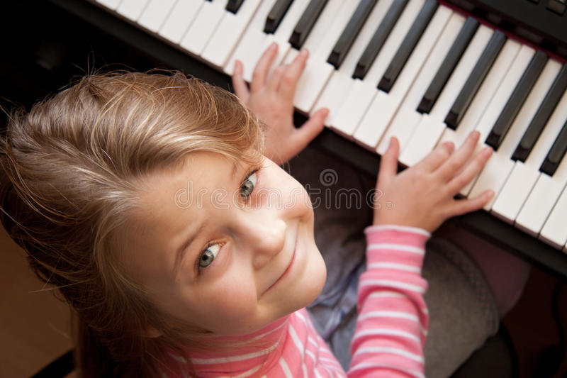 Meisje bij piano stock foto