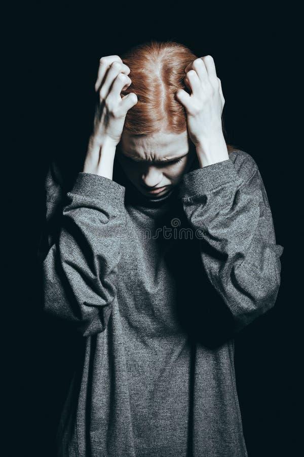 Meisje bij rand van geestelijke gezondheid stock foto's