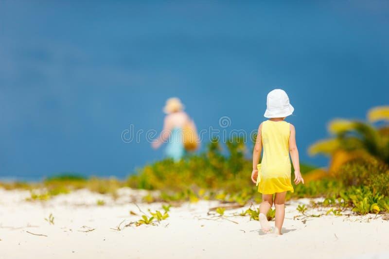 Meisje bij strand stock foto
