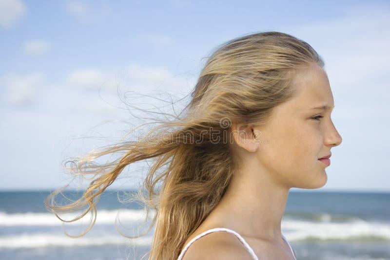 Meisje bij strand. stock afbeeldingen