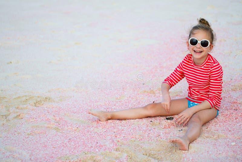 Meisje bij strand stock afbeeldingen