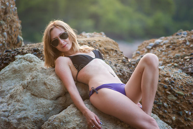Meisje bij Strand bij Schemer royalty-vrije stock fotografie