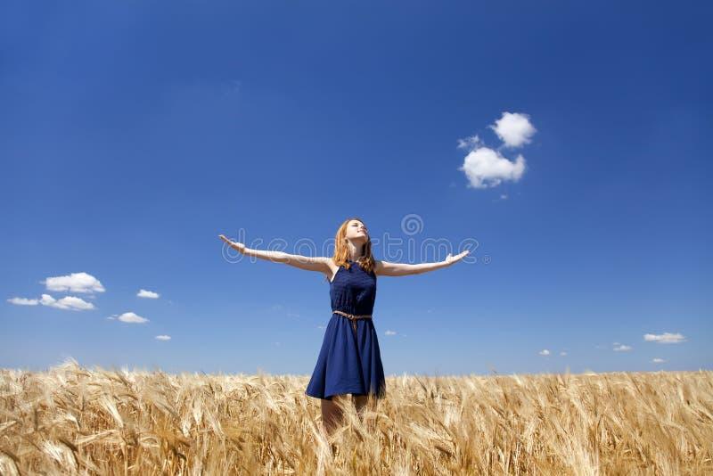 Meisje bij tarwegebied in de zomerdag. royalty-vrije stock afbeeldingen