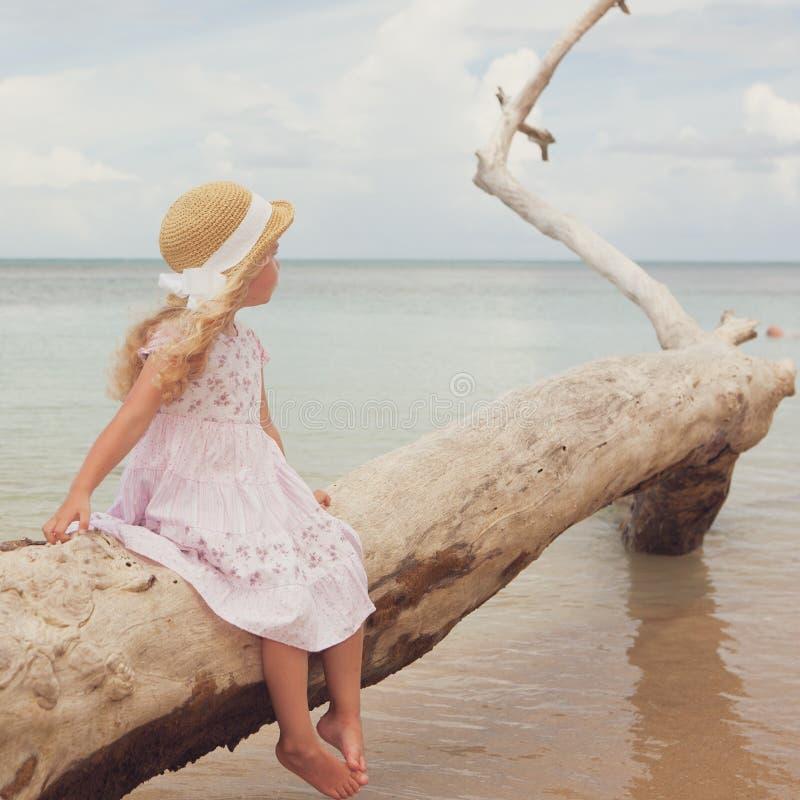 Meisje bij tropisch strand stock afbeelding