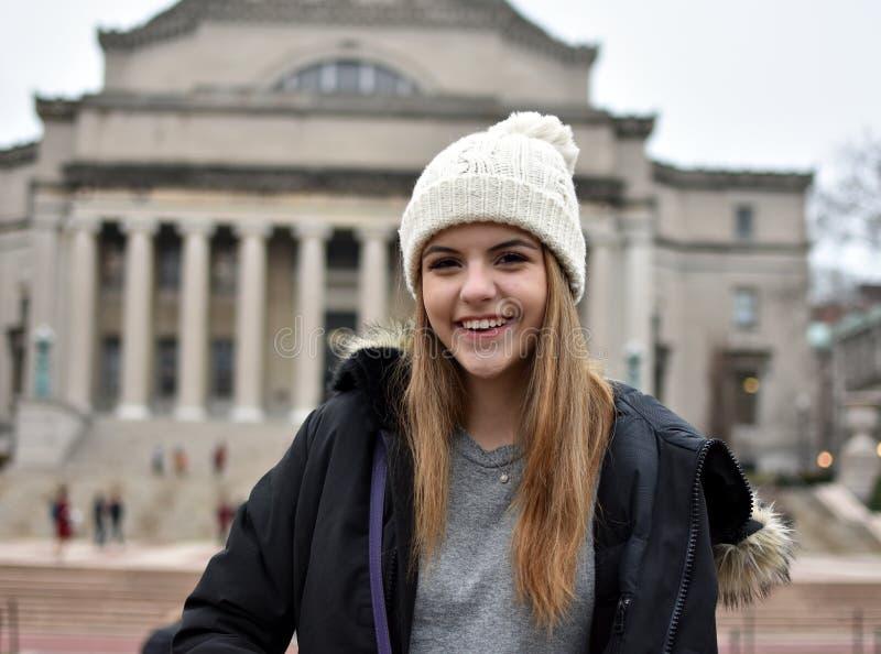 Meisje bij universiteit royalty-vrije stock afbeelding