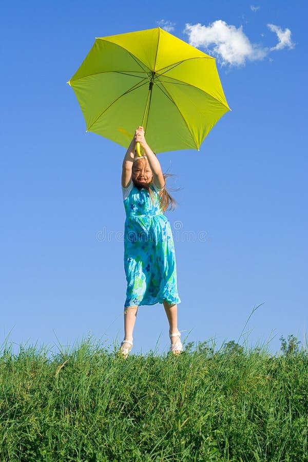 Meisje bij weide met paraplu stock afbeeldingen