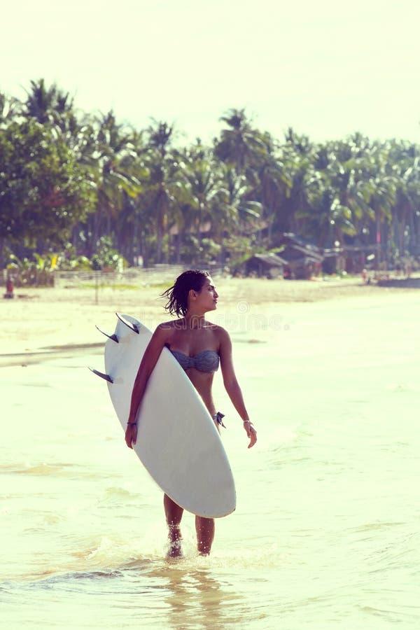 Meisje in bikini met een surfplank royalty-vrije stock foto