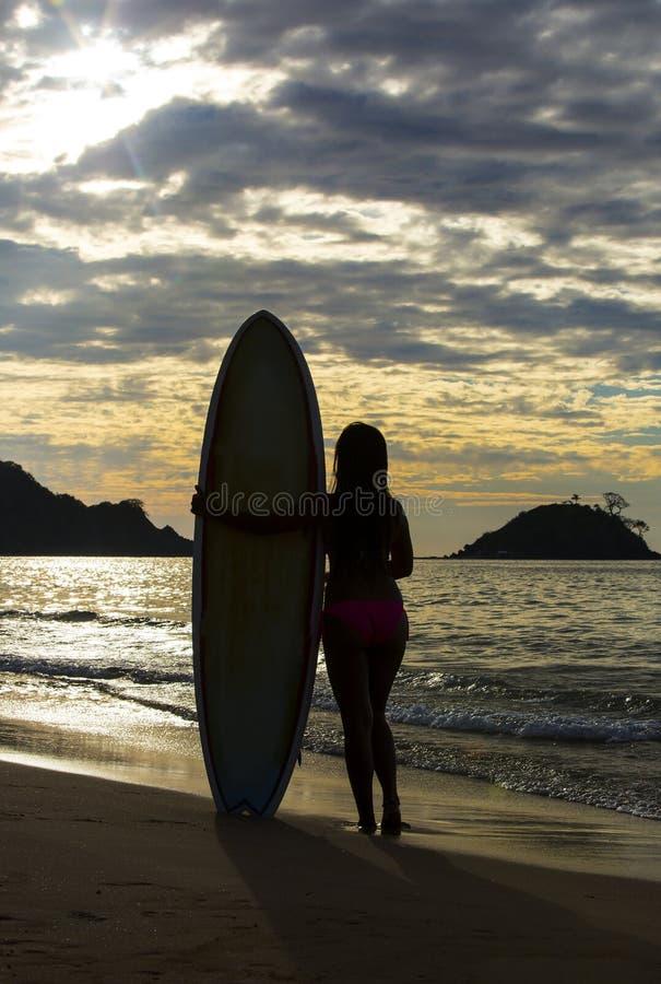 Meisje in bikini met een surfplank stock afbeeldingen