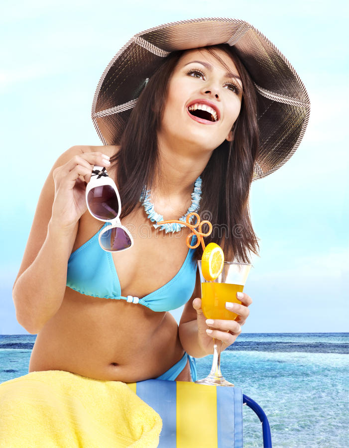 Meisje in bikini op strand het drinken cocktail. stock fotografie