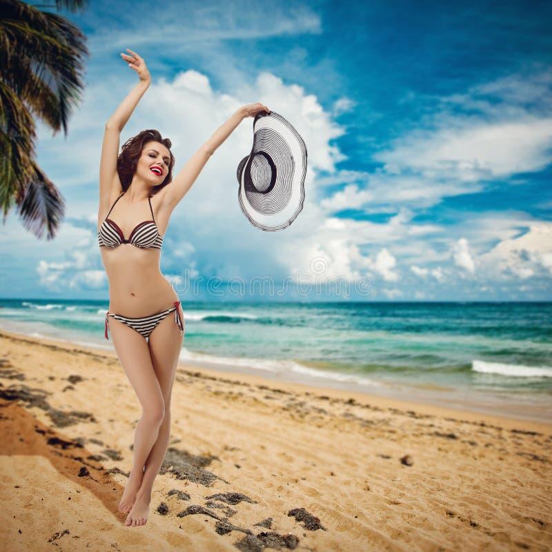 Meisje in biniki op strand royalty-vrije stock afbeeldingen