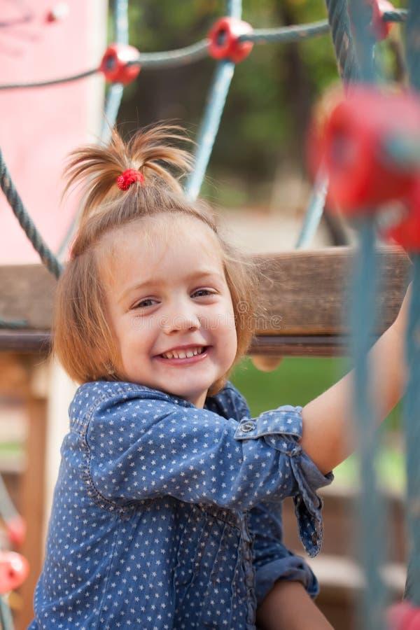 Meisje in blauw bij speelplaats royalty-vrije stock foto's