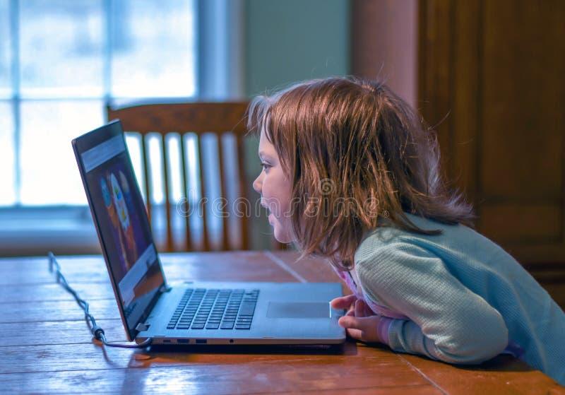 Meisje in blauw en het schermtijd op een overlappingsbovenkant royalty-vrije stock afbeeldingen