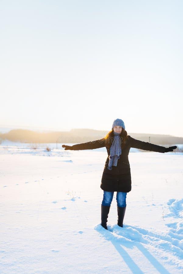 Meisje in blauw GLB op een snow-covered gebied stock foto