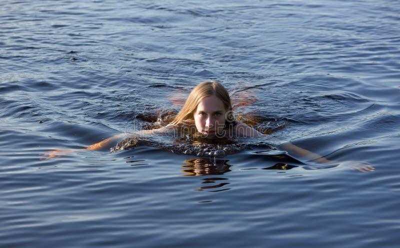 Download Meisje in blauw water stock afbeelding. Afbeelding bestaande uit outdoors - 10779247