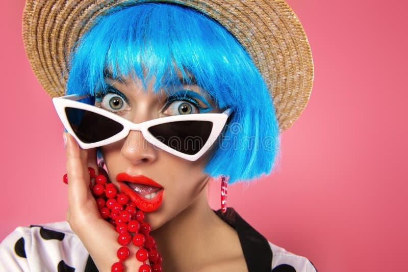 Meisje in blauwe pruik stock afbeelding