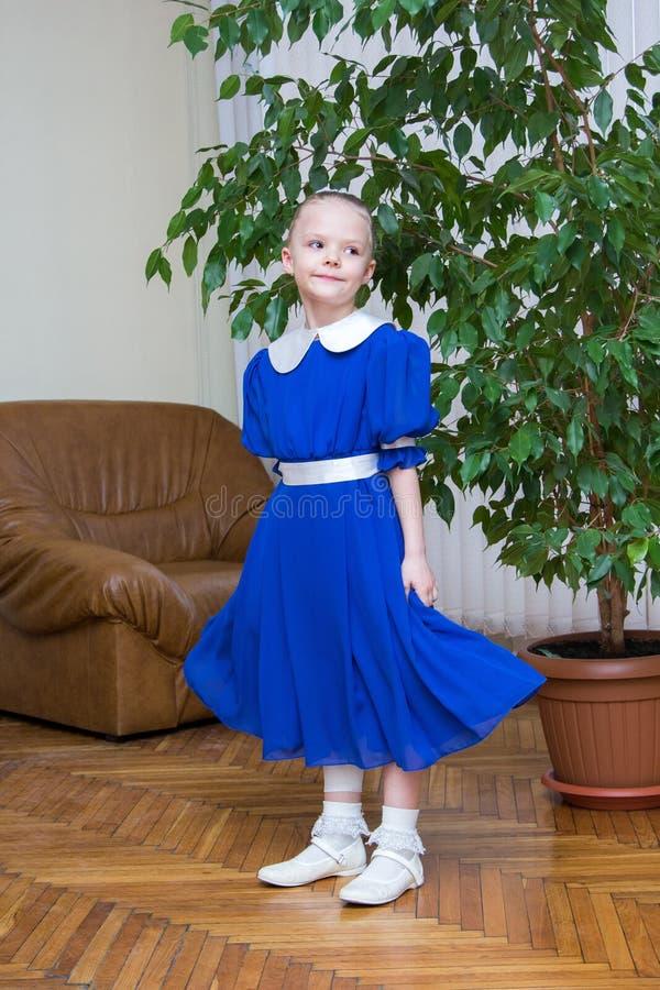 Meisje in blauwe retro kleding royalty-vrije stock afbeeldingen