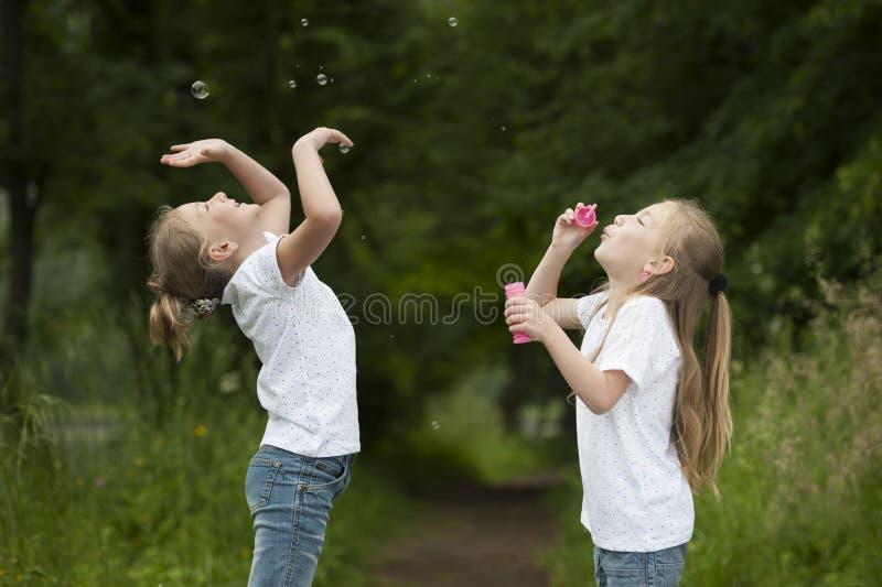 Meisje blazende zeepbels stock afbeelding
