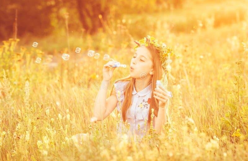 Meisje blazende zeepbels royalty-vrije stock afbeelding