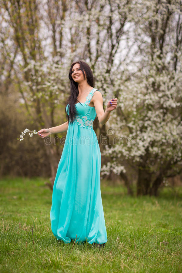 Meisje in bloemen van kers royalty-vrije stock afbeelding