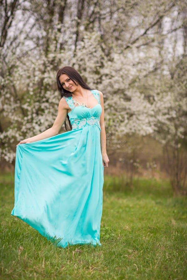 Meisje in bloemen van kers stock afbeelding