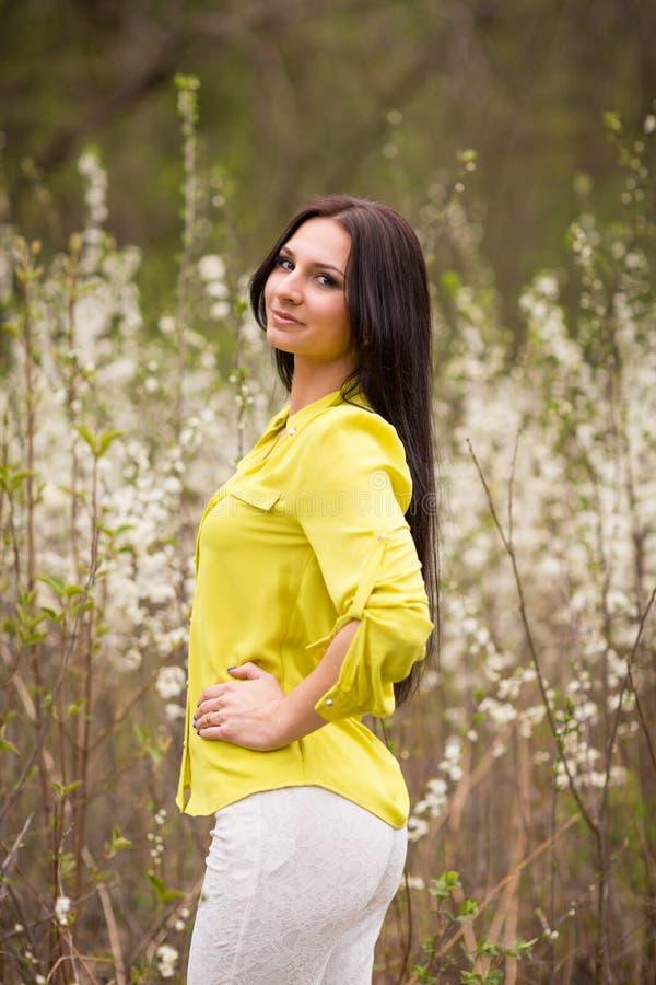 Meisje in bloemen van kers stock afbeeldingen