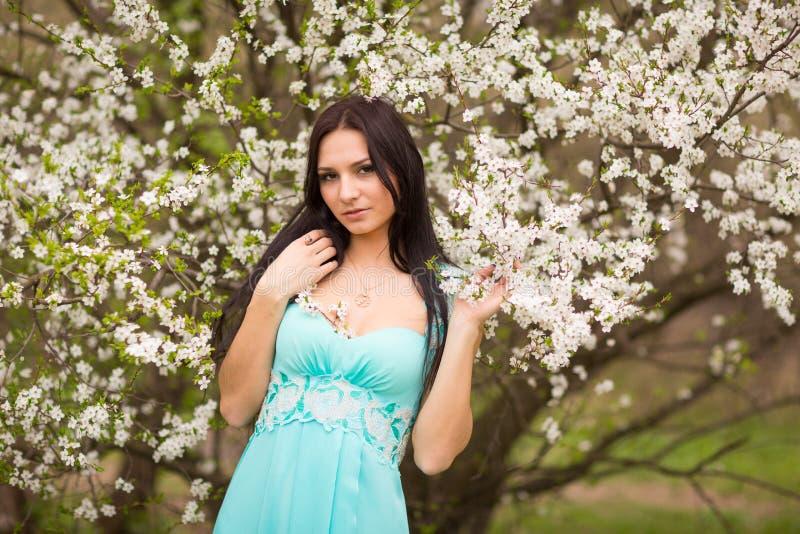 Meisje in bloemen van kers stock fotografie