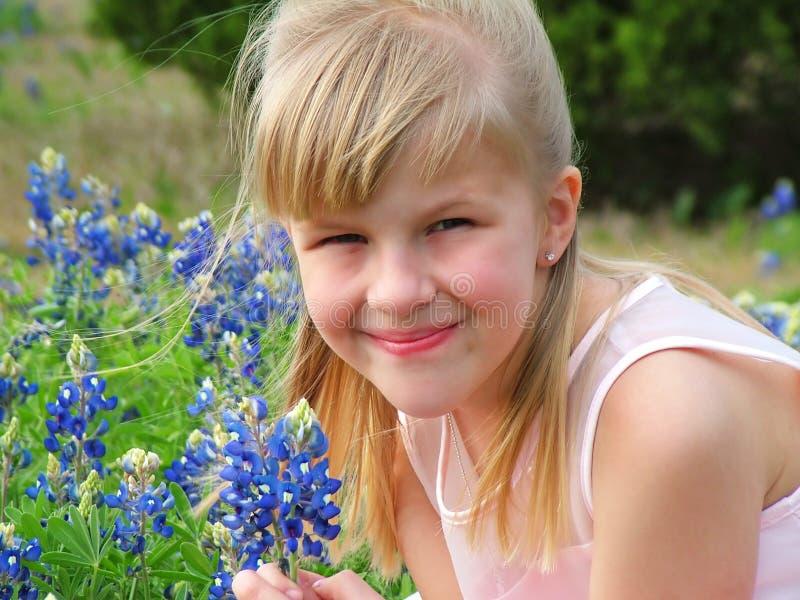 Meisje in bloemrijke weide stock fotografie