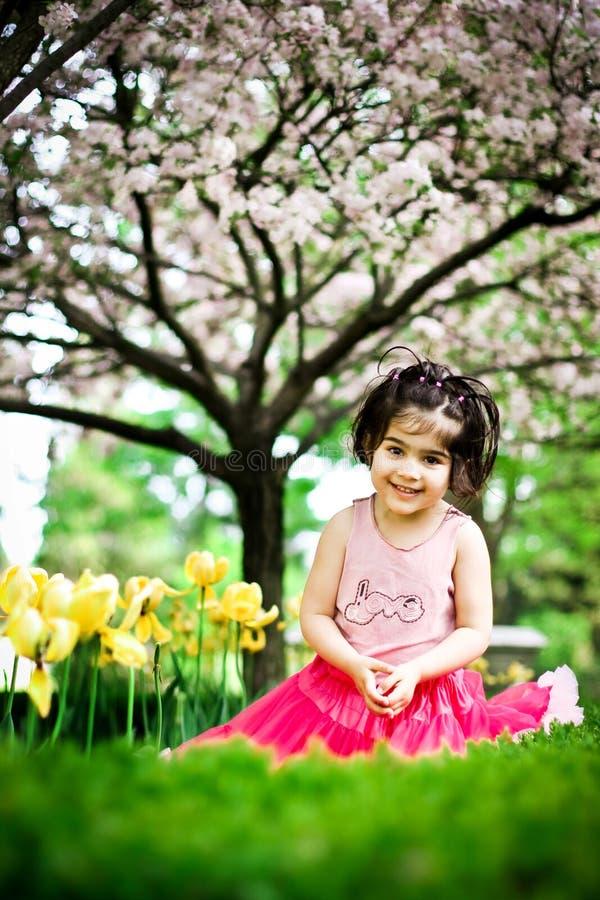 Meisje in bloemtuin royalty-vrije stock fotografie