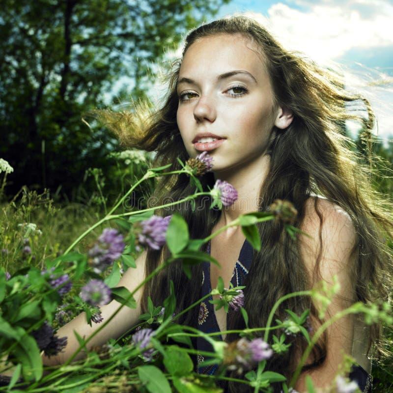 Meisje in bloemweide royalty-vrije stock fotografie
